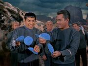 Spock und Pike untersuchen Pflanze