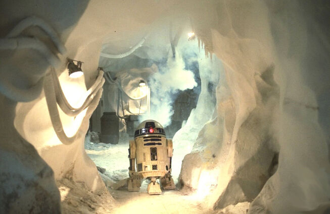 R2-D2 escapes a wampa.
