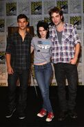 Gallery enlarged-new-moon-comic-con-robert-pattinson-kristen-stewart-taylor-lautner-07232009-04