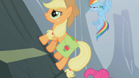 Applejack climbing S01E07
