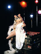 MissPiggy-WhiteDress-(2011-2012)-02