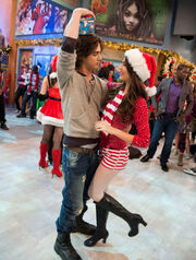 Victorious-christmas-tori-15