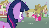 Twilight looking at mouthless Pinkie S3E05