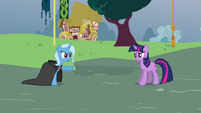 Trixie points at Twilight S3E05