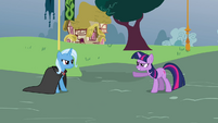 Twilight pointing at Trixie S3E05