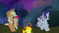 Sweetie Belle, Apple Bloom, Rarity and Applejack listening to Scootaloo&#39;s story S3E6