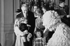 WhiteHouseChristmas1978-RosalynnCarter-WalterCronkite-BigBird
