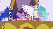 Twilight waving to the ponies S03E13
