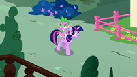 Spike and twilight looking onS01E09