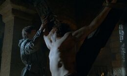 Ramsay tortura a Theon HBO